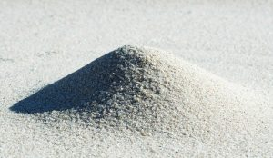 High purity processed silica sand for high ferrous content